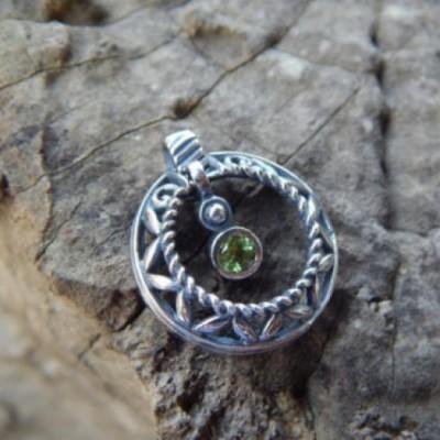 liontin-perak-motif-bulat-dengan-bintang-batu-peridot-35586