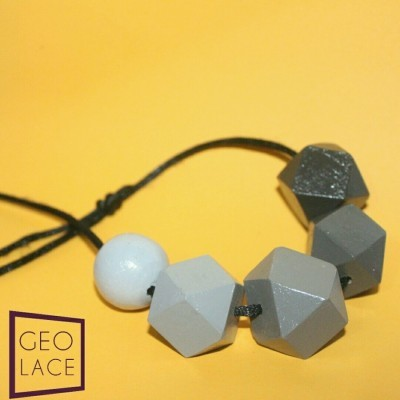 kalung-kayu-geometri-handmade-gradasi-hitam-abu-abu