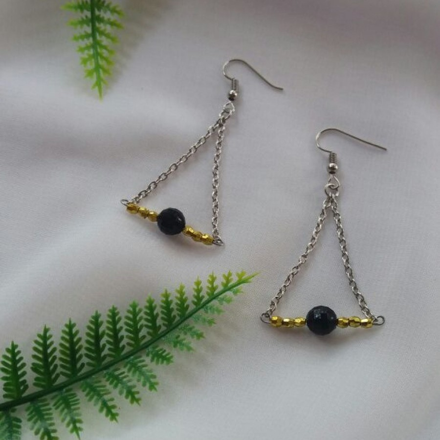 Anting Triangle Hitam
